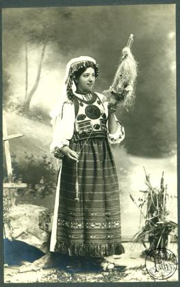 Adler_-_Costum_popular_românesc_din_Tulgheş,_tânără_nevastă_torcând