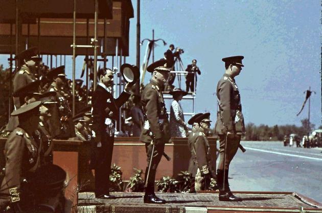 Regele-Mihai-si-Maresalul-Ion-Antonescu-inainte-de-inceperea-defilarii-parada-de-10-mai-1943