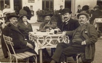 I_L._Caragiale_George_Coşbuc_Elena_Coşbuc, Al. Vaida_Voevod--i_un-personaj_neidentificat la o terasă la Predeal