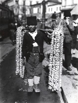 Nicolae_Ionescu_-_Garlic_Salesman_in_1930