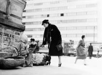 Vânzătoare-de-flori-pe-strada-Rosetti-Bucureşti-5-mai-1937